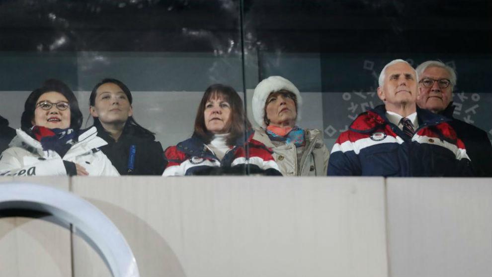 Kim Yo Jong, segunda por la izquierda, presencia la ceremonia de...