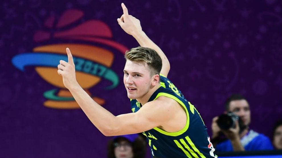 Luka Doncic celebra una canasta con la selección eslovena en el...