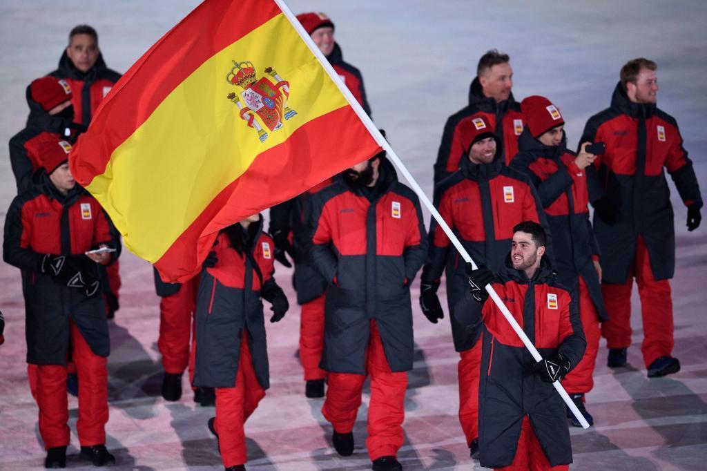 Lucas Eguibar, con la bandera, en el desfile de los Juegos
