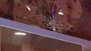 Sí quedó la luna del autocar del Barcelona tras el impacto del...