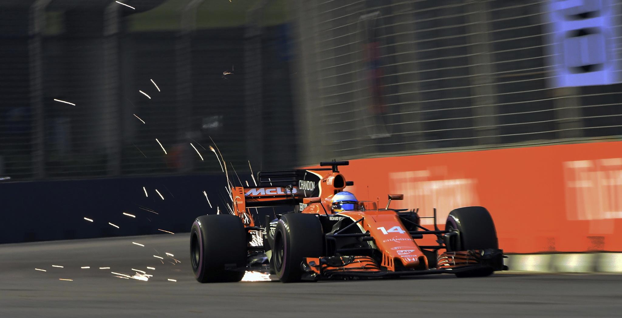 Alonso en el MCL32 en Singapur 2017