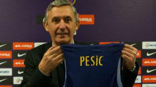 Svetislav Pesic posa con la camiseta del Barcelona