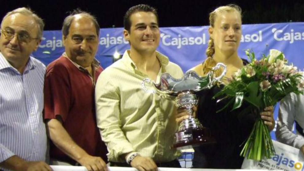 Fabián Dorado, segundo por la izquierda, durante la entrega del...