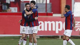 Álex Gallar y Gonzalo Melero celebran el gol del primero en Sevilla