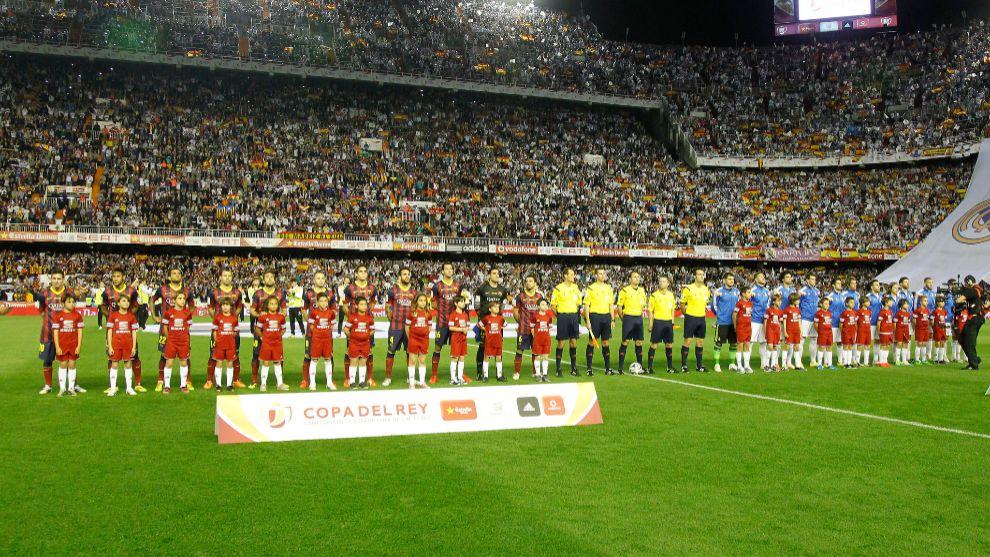 Momento del himno durante la final entre Real Madrid - Barcelona
