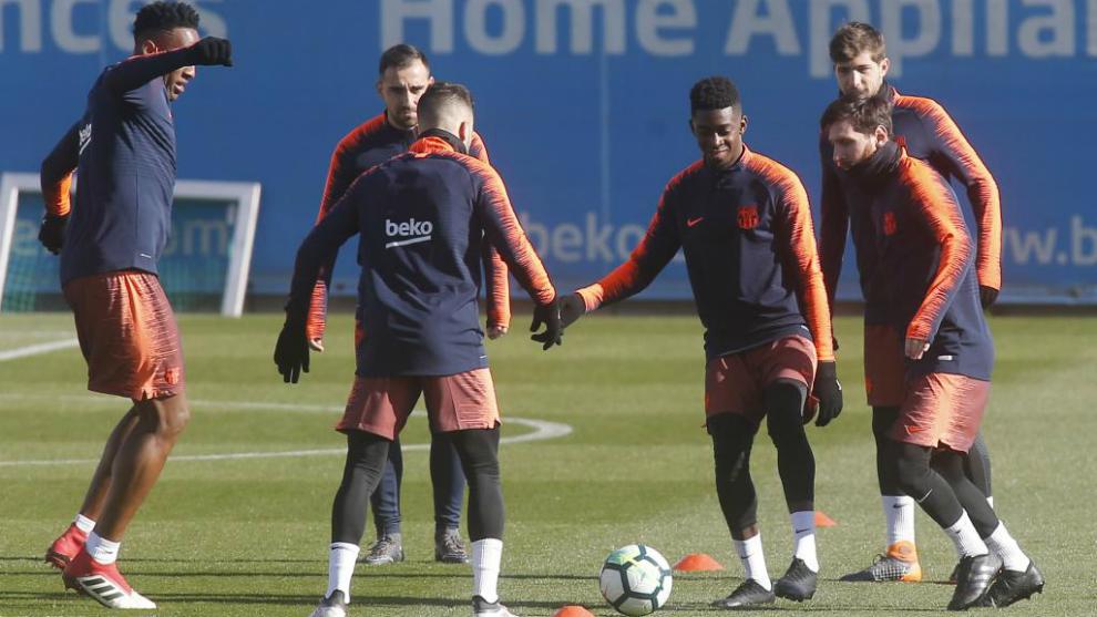 Dembélé participa en un rondo en el entrenamiento de este sábado.