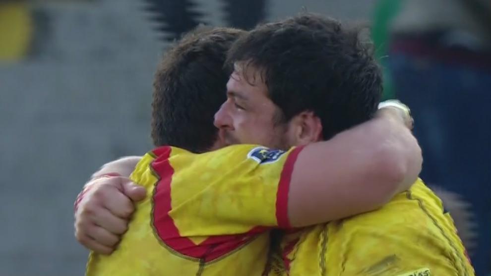 El veterano pilier Jesús Moreno se abraza con un compañero