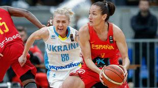 Laia Palau busca un pase durante el partido ante Ucrania.