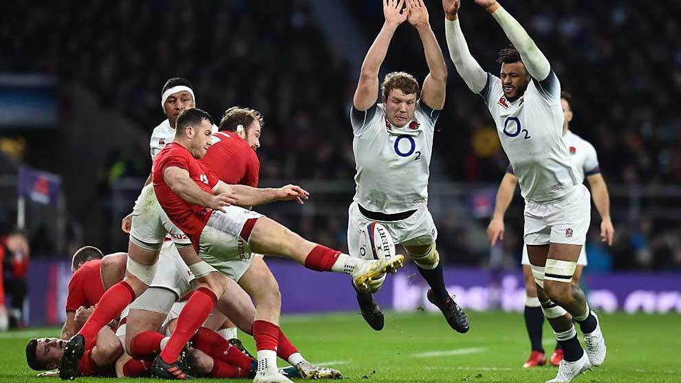 Joe Launchbury y  Courtney Lawes intentan taponar la patada de Gareth...