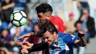Giménez disputa un balón aéreo con Ignasi Miquel.