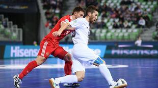 Yessenamanov protege el balón frente a Davydov.