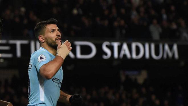 Agüero celebra uno de sus goles al Leicester.