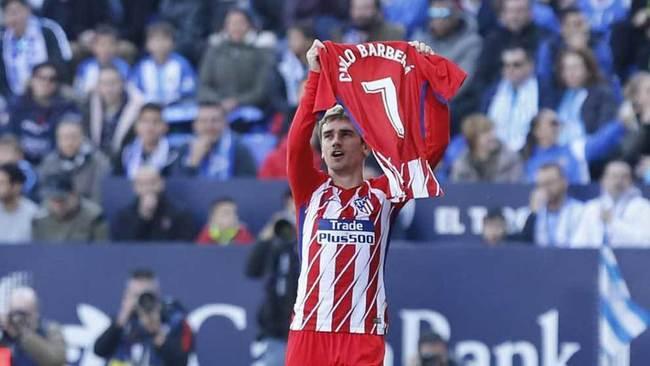Griezmann muestra una camiseta con el nombre de Nacho Barberá para...