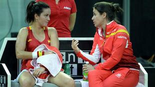 Anabel Medina habla con Lara Arruabarrena, en la primera jornada de la...