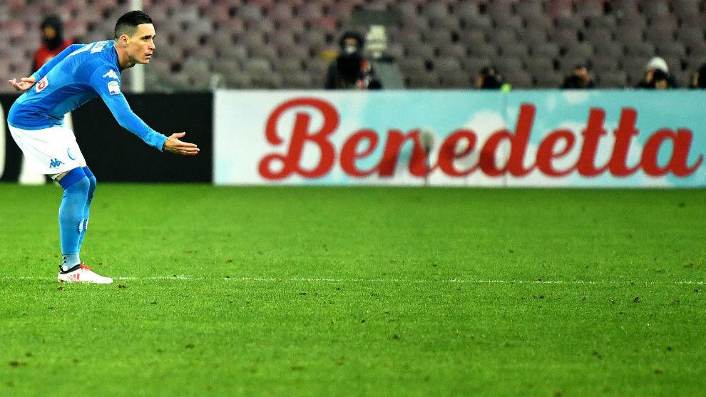Callejón celebrando su gol, dedicándoselo a la grada