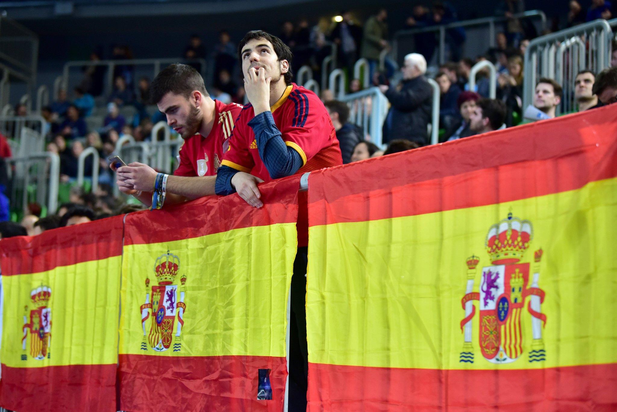 Aficionados españoles en las gradas del Arena Stozice