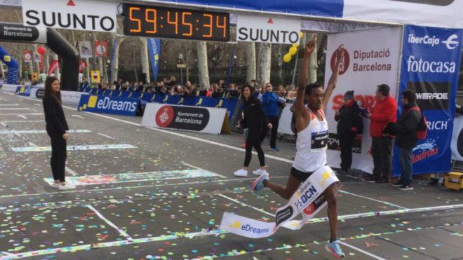 El etíope Mule Wasihun logra la victoria.