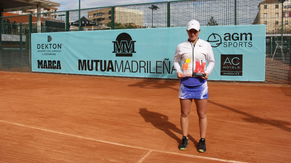 Helene Pellicano posa con su trofeo de campeona en Valencia.
