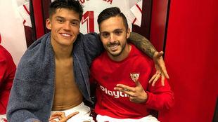 Correa (23) y Sarabia (25), en el vestuario del Sevilla.