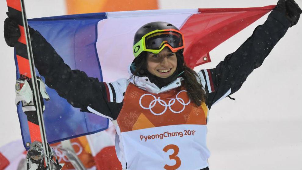 Perrine Laffont celebra su oro olímpico de esquí acrobático