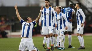 Soares festeja uno de sus dos goles al Chaves.