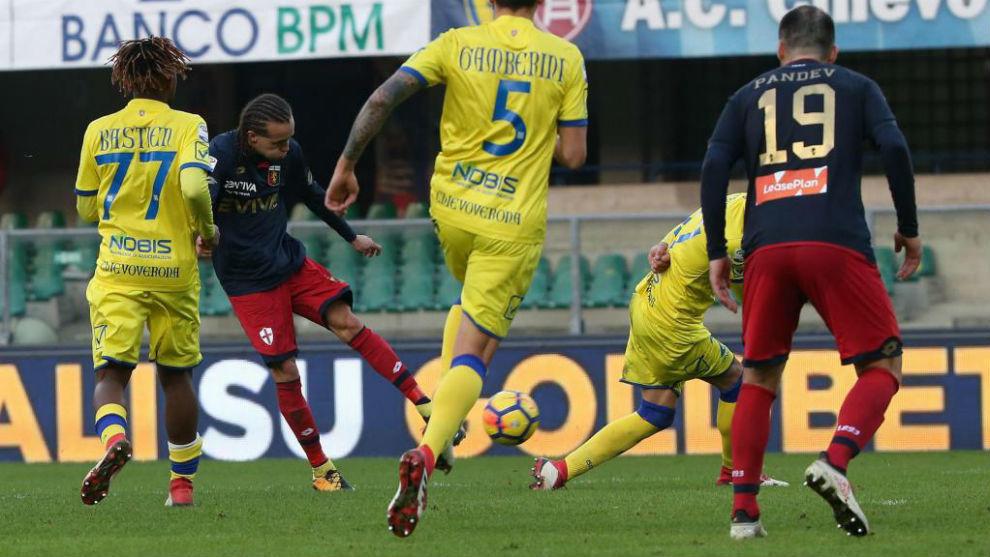 Diego Laxalt marca el 0-1 del Genoa frente al Chievo.