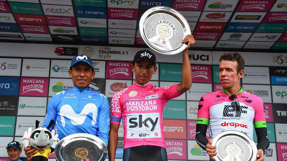 Egan Bernal, con su trofeo y Nairo Quintana y Rigoberto Urán de...