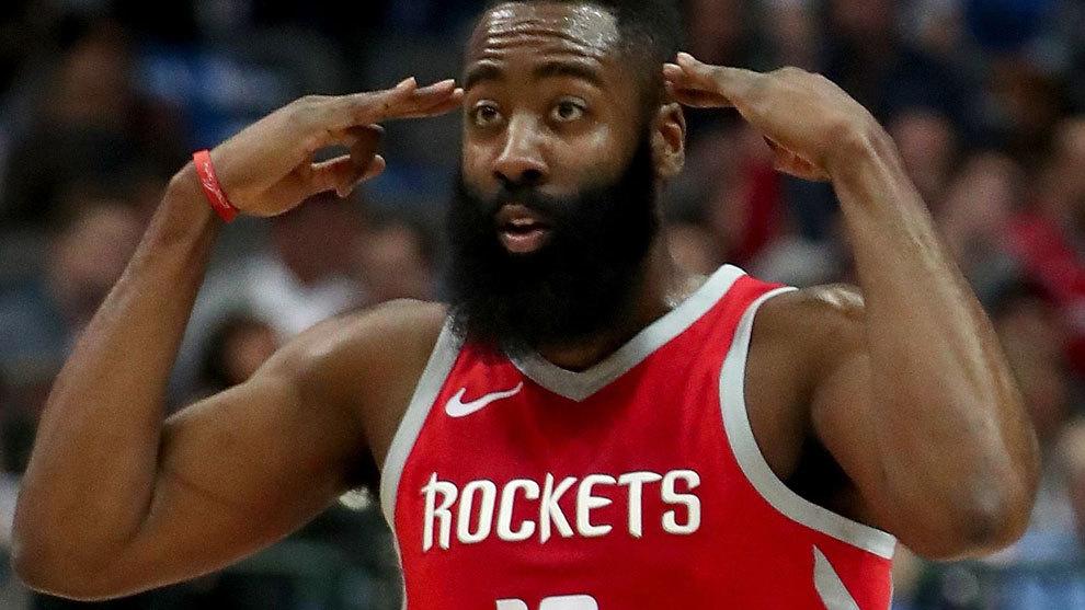 Harden celebra una canasta con los Rockets