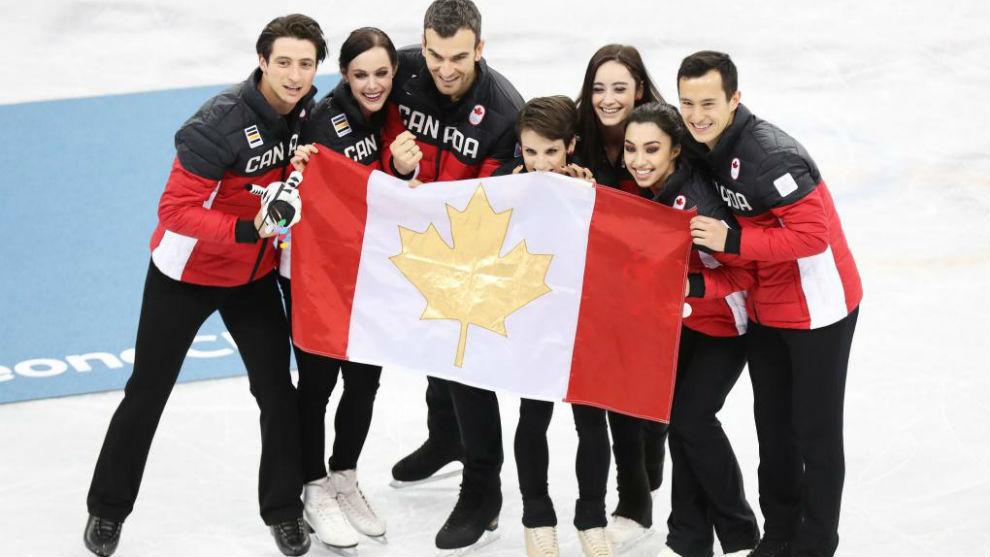 El combinado de Canada posa con la bandera tras ganar el oro