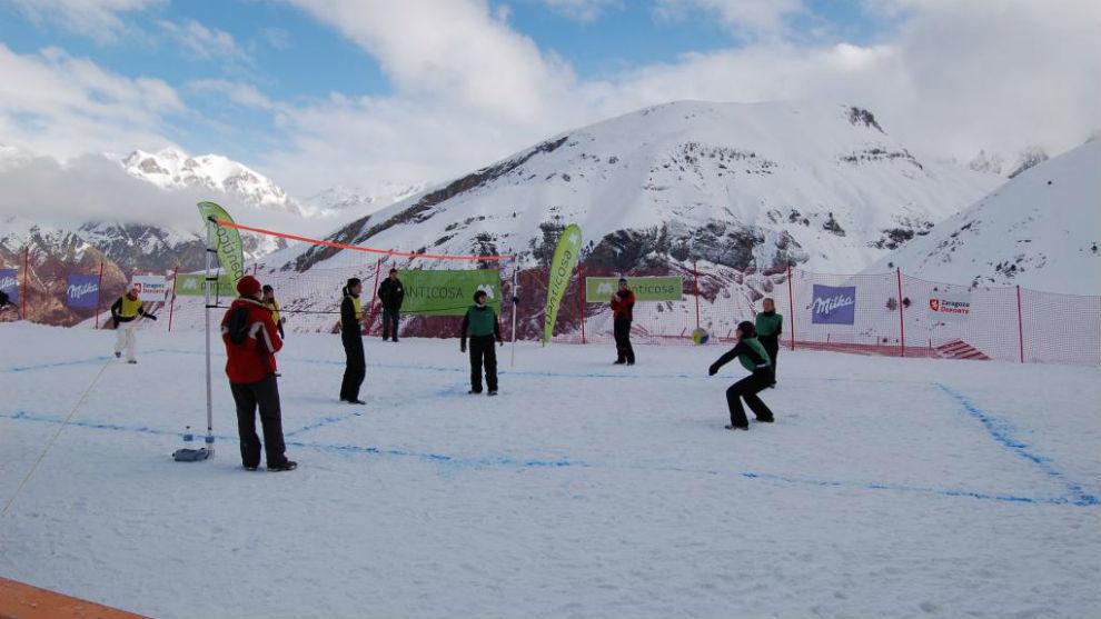 Partido de voleibol sobre la nieve
