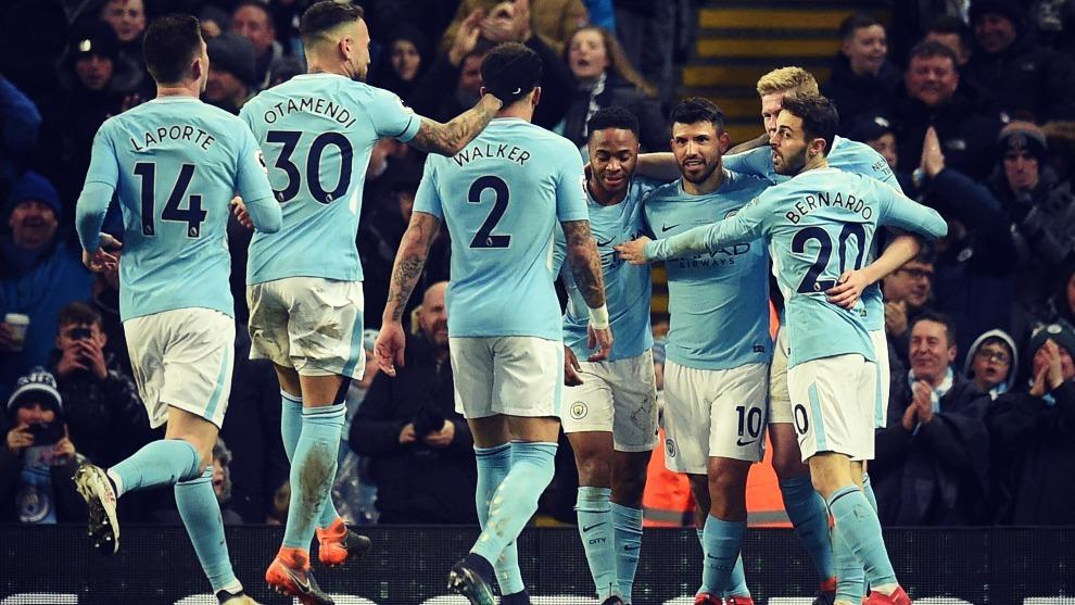 Los jugadores del Manchester City celebran un gol conseguido en un...