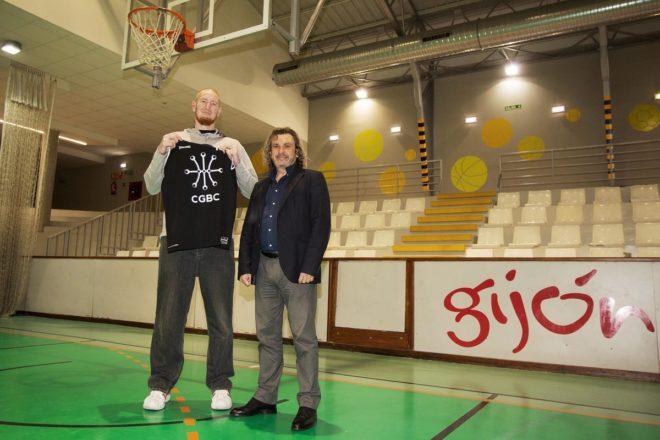 Robert Swift junto al entrenador del Gijón, Nacho Galán