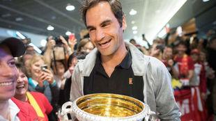 Federer, con el trofeo de Australia