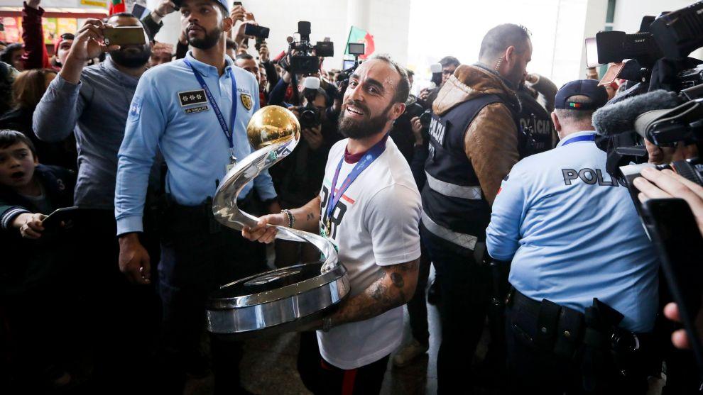 Ricardinho a su llegada a Portugal con la Eurocopa en la mano
