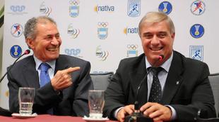 El presidente de la IHF, Hassan Moustafa, y el presidente de la PATHF,...