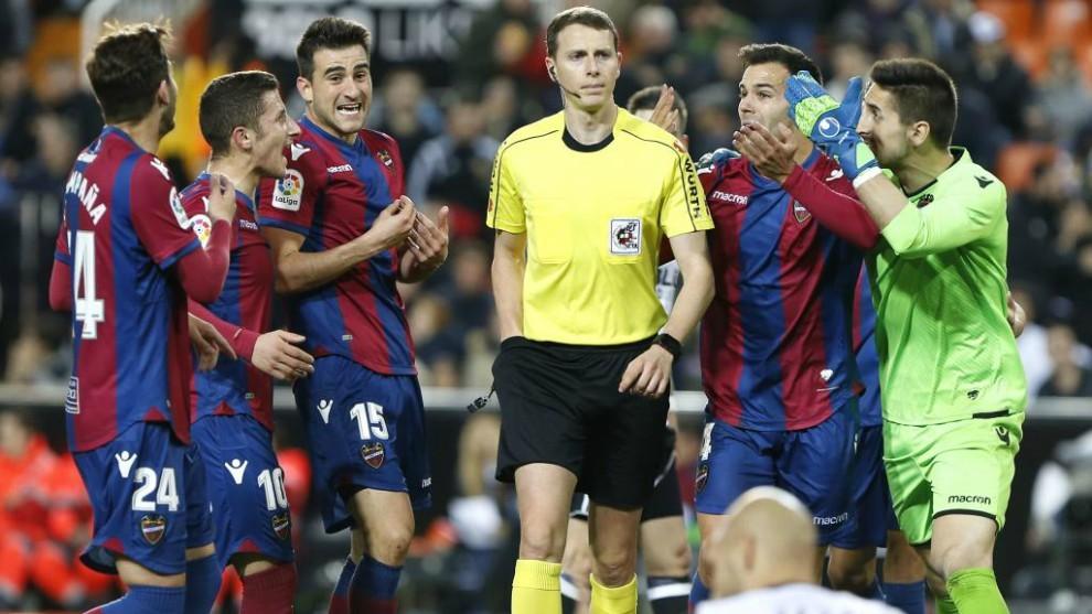 Los jugadores del Levante rodean al árbitro tras señalar penalti...