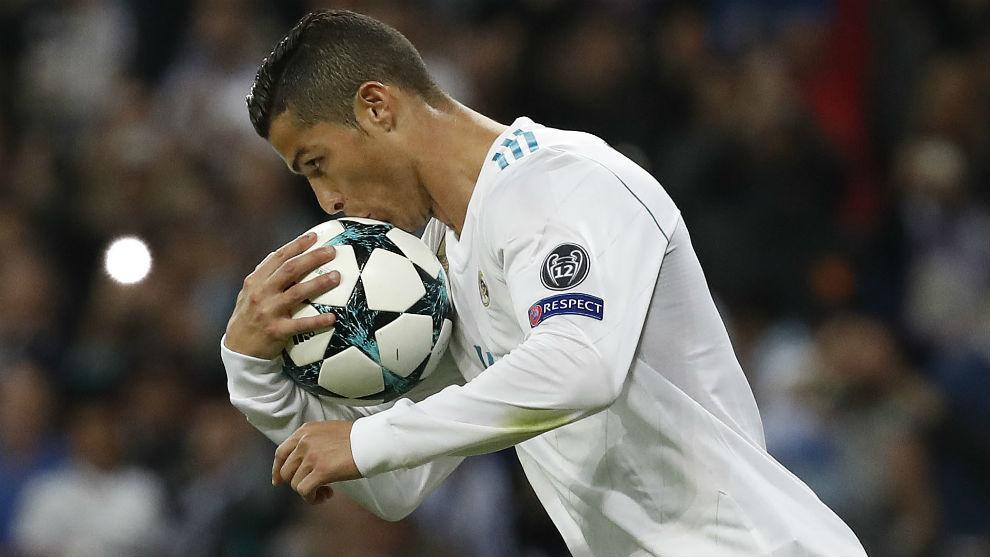 Cristiano besa el balón de la Champions tras marcar al Tottenham.