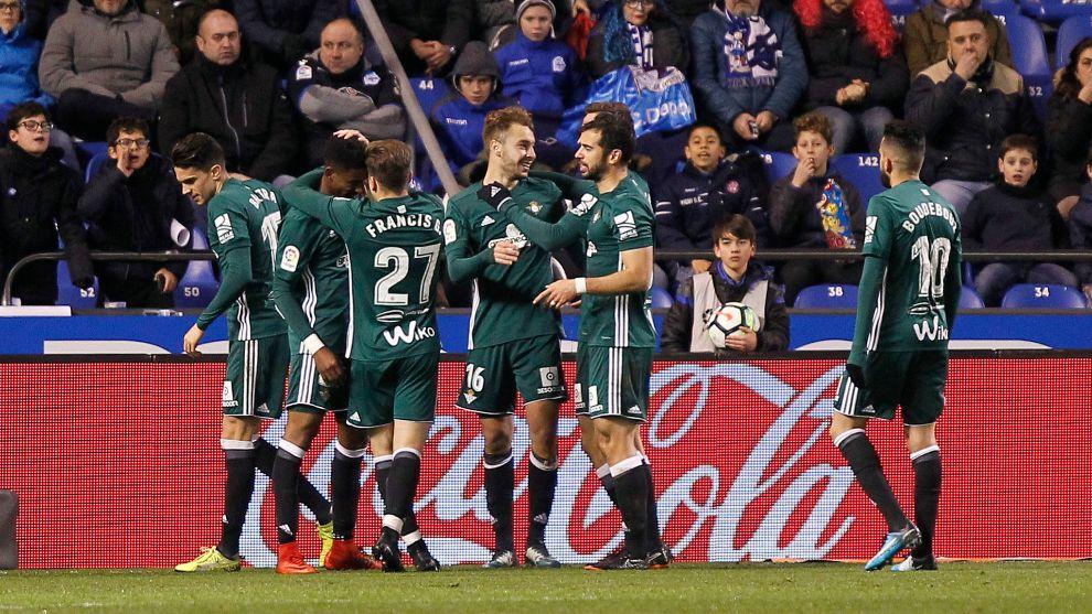 Los jugadores béticos celebran el gol de Loren