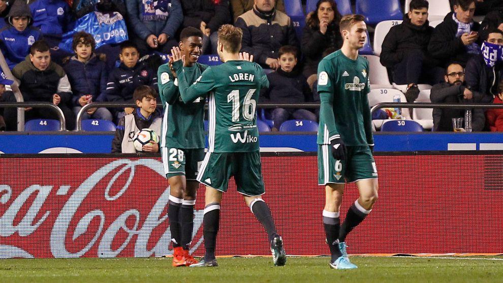 Junior, celebrando el gol con Loren