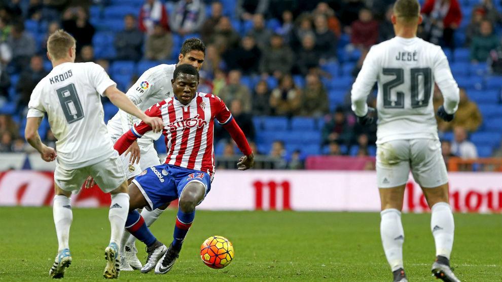 Ndi, en su etapa en el Sporting, controla la pelota ante la presión...