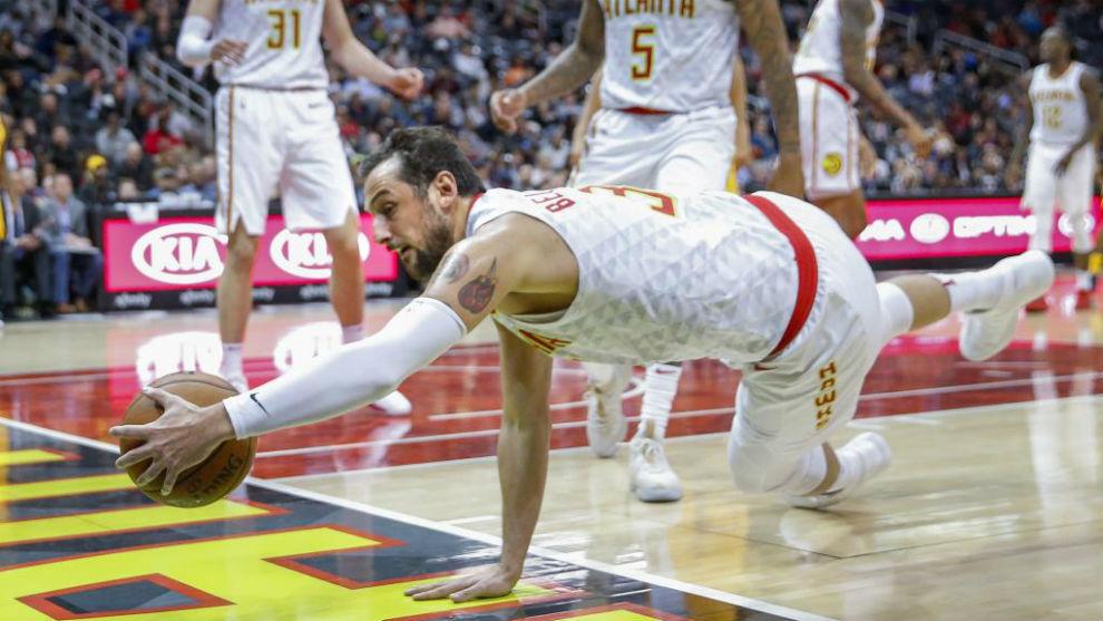 Marco Belinelli intenta salvar un balón con los Atlanta Hawks