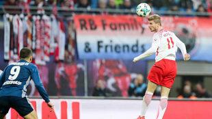 Timo Werner cabecea un balón.