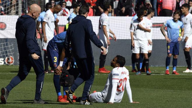 Muriel, atendido sobre el césped durante el Sevilla-Girona.