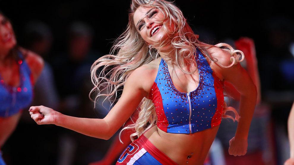 Una cheerleader de los Pistons en plena actuación