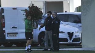 Andrés Guardado recibe un ramo de flores antes de comenzar la sesión...
