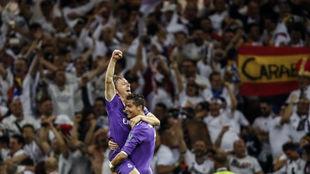 Modric y Cristiano se abrazan durante la última final de Champions.