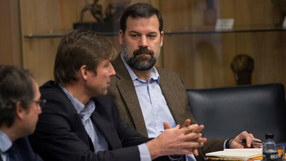 Alfonso Reyes, presidente de la ABP, observa hablar a Rafa Jofresa...