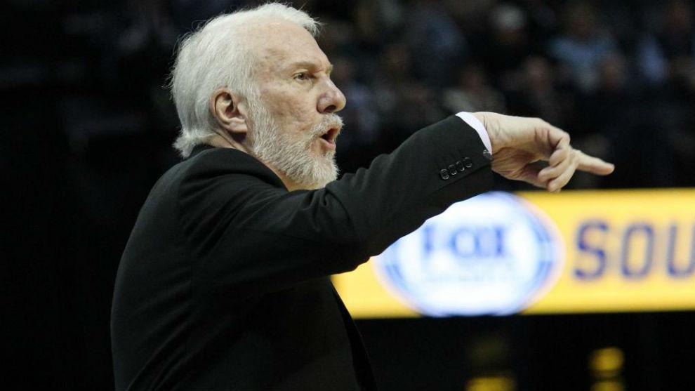 Gregg Popovich dirigiendo un partido de los San Antonio Spurs