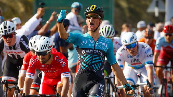 Bryan Coquard celebra su victoria al sprint en el Tour de Omán