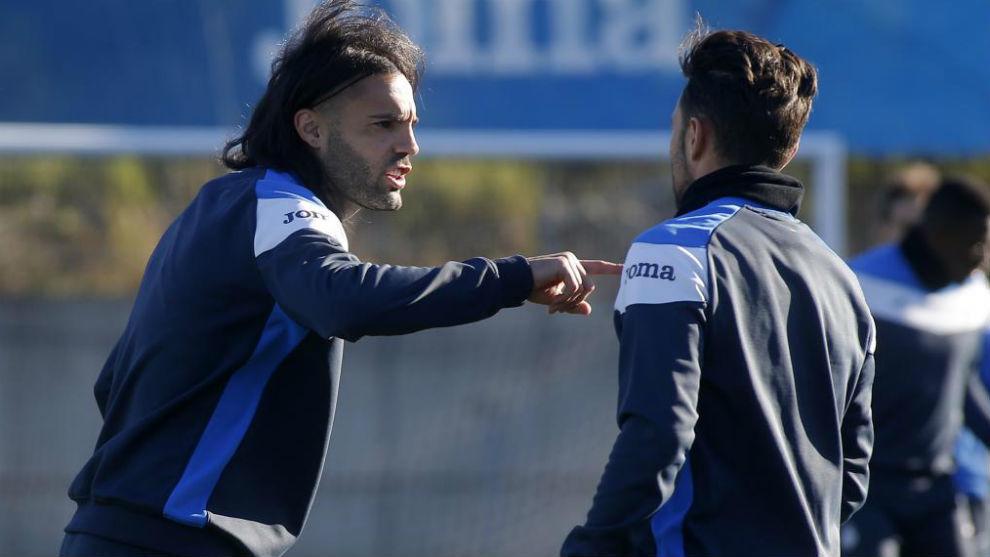 Sergio Sánchez habla con un compañero de equipo durante una sesión.